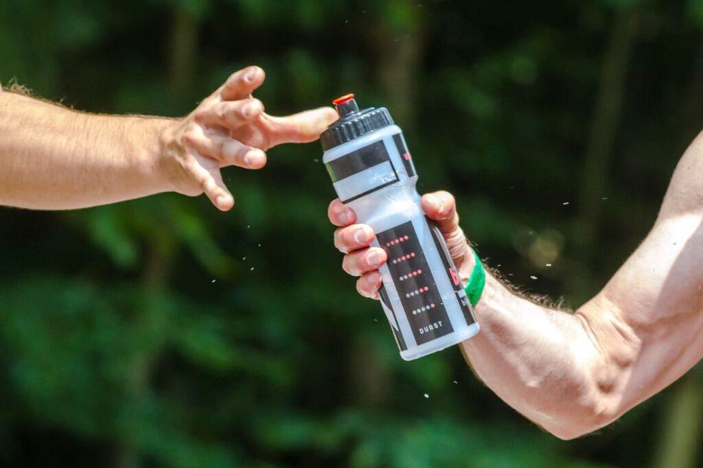 Пейте больше воды во время тренировок